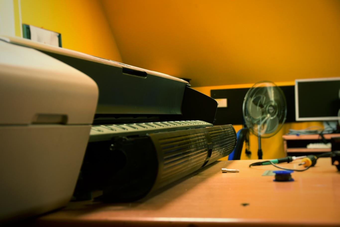 Serwis ploterów i techniczna obsługa. Obraz za © Zdjęcie za zgodą Akte.com.pl i autora @PhotoSchroedingerCat
