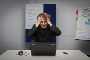 Ból głowy zagrożenie komputera fotoSebastian Herrmann on Unsplash